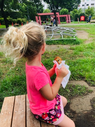 Päuschen mit Snack im Hinokicho Park