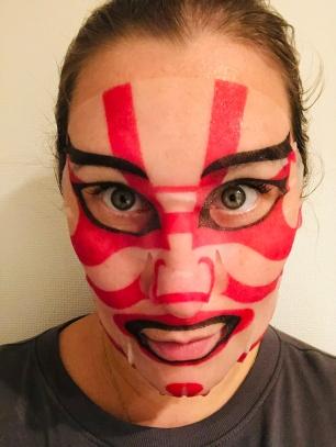 Heldenhaft in Kabuki-Rot