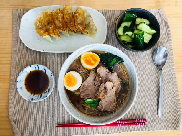 Ramen, Gyōza und Gurkensalat